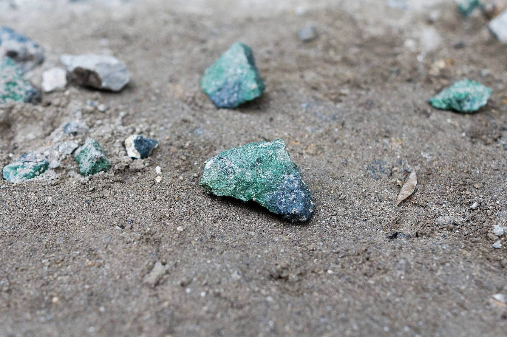 J'ai trouvé des émeraudes Vleus (I found Grue emeralds), rocks, blue and green spray paint, 2015