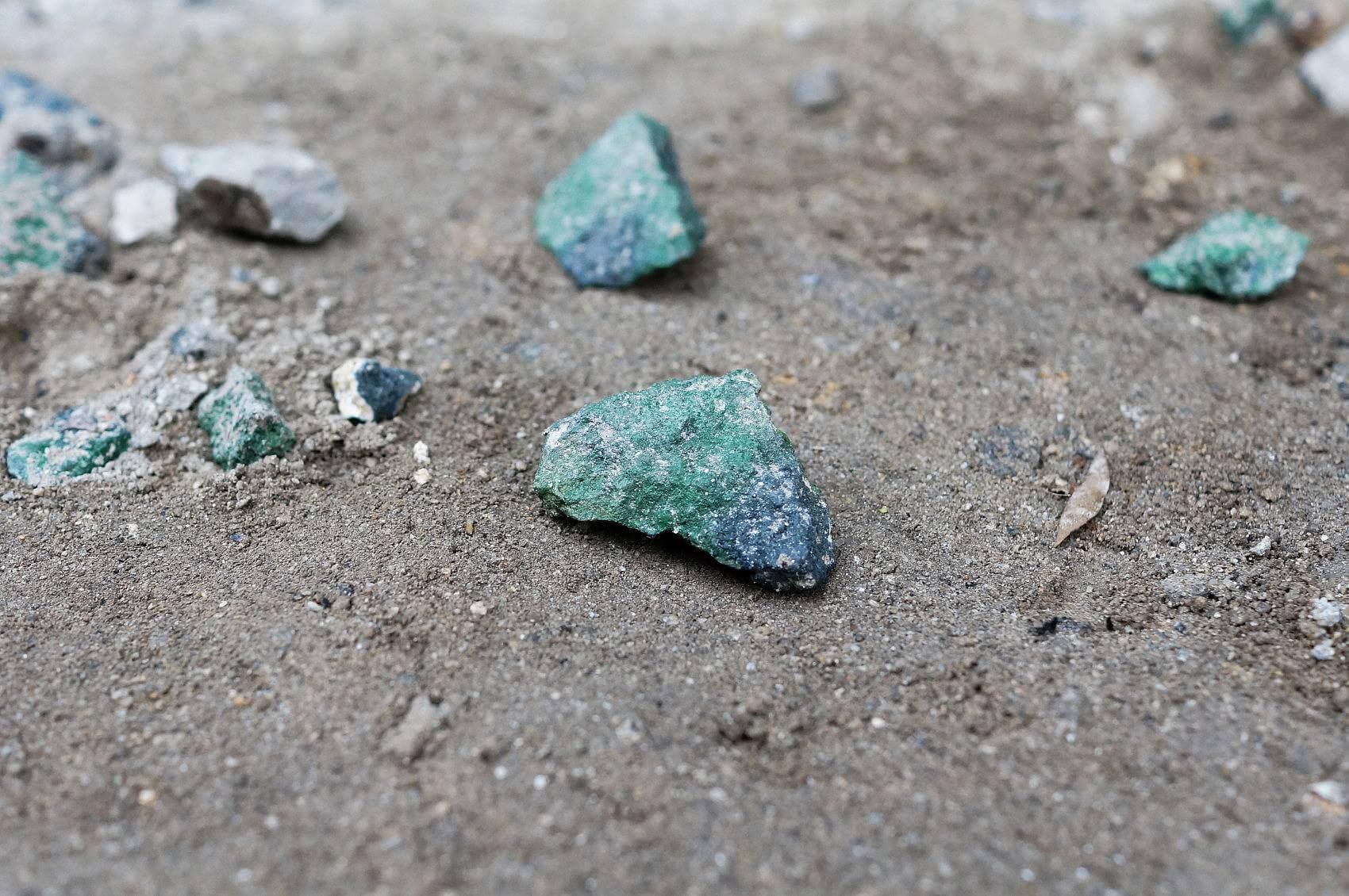 J'ai trouvé des émeraudes Vleus (I found Grue emeralds), rocks, blue and green spray paint, 2015